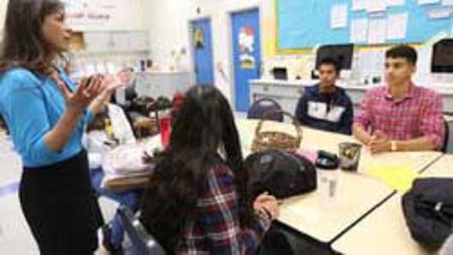 """Verónica González, consejera universitaria en la Escuela Secundaria de North Hollywood en Los Ángeles, habla con estudiantes a punto de comenzar sus estudios universitarios. """"Pienso que son los hermanos y hermanas mayores que han asistido a la universidad"""
