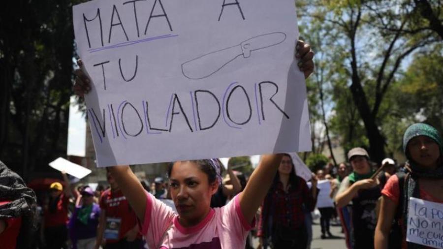 Mujeres protestan en contra de los abusos sexuales por parte de la policía, este lunes en las instalaciones de la Secretaria de Seguridad Pública y la Procuraduría General de Justicia, en Ciudad de México (México).