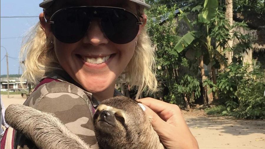 Fernanda Castillo abrazando un oso