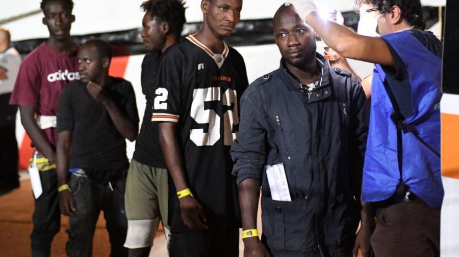 Los migrantes se someten a un examen médico después de desembarcar en la isla siciliana de Lampedusa, sur de Italia, el martes 20 de agosto de 2019.