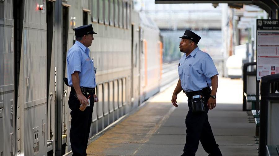 Dos conductores de New Jersey Transit en una foto de archivo en la estación de Princeton Junction.