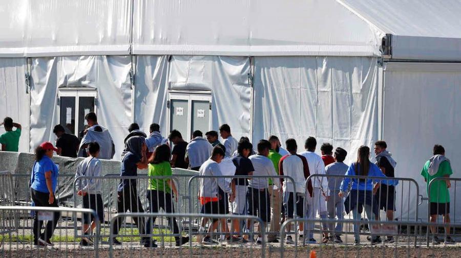 Menores migrantes afuera de una carpa en el refugio temporal de Homestead para Niños No Acompañados el 19 de abril de 2019, en Homestead, Florida.