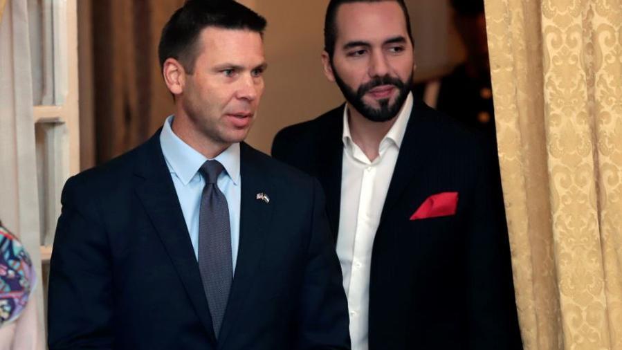 El secretario interino de Seguridad Nacional de Estados Unidos, Kevin McAleenan, a la izquierda, y el presidente salvadoreño, Nayib Bukele, en una reunión este miércoles en San Salvador, El Salvador.