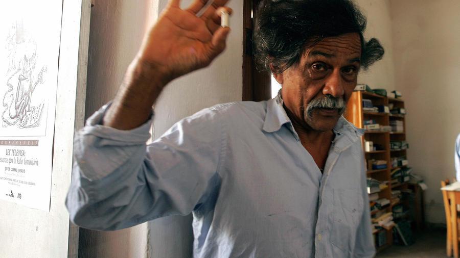El pintor mexicano Francisco Toledo muestra un casquillo de bala disparada contra su casa en Oaxaca