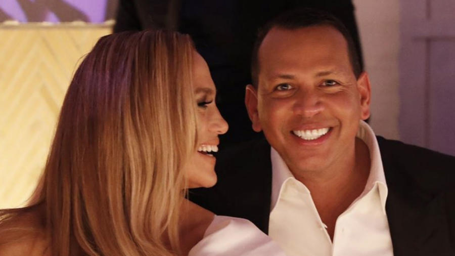 Jennifer Lopez y A-Rod en su fiesta de compromiso.