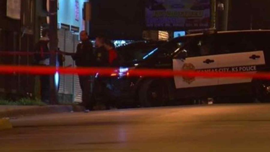 Policía en la escena del crimen del tiroteo ocurrido en la madrugada de este domingo en Kansas City, Kansas.