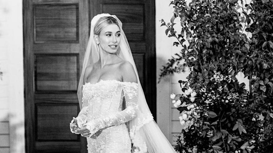 Hailey Bieber con su traje de novia