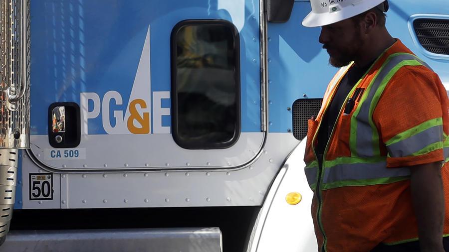 Imagen de archivo de un trabajador y un vehículo de servicio de la empresa Pacific Gas & Electricity (PG&E).