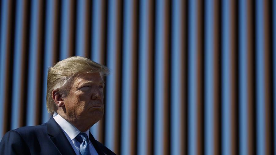 Imagen del presidente, Donald Trump, el 18 de septiembre de 2019 en el muro fronterizo ubicado en Otay Mesa, California.