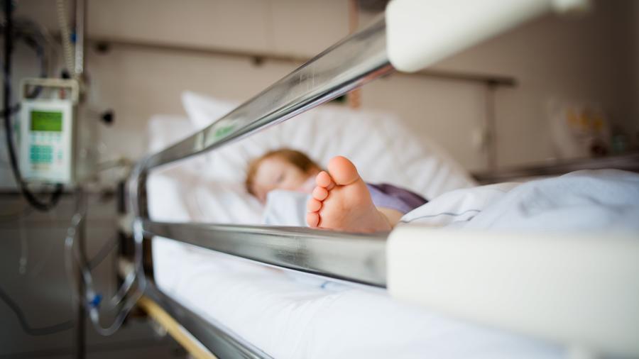 Fotografía de archivo de una niña en una cama de hospital.