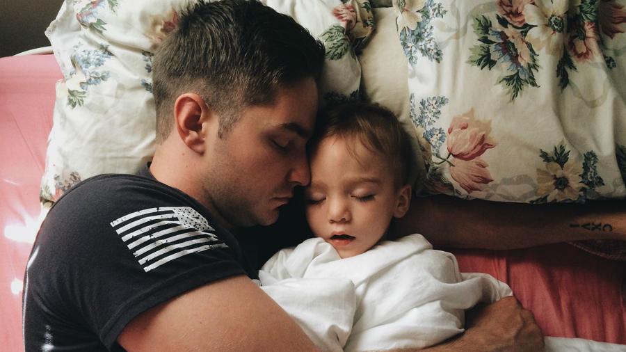 Papá dormido con su hija