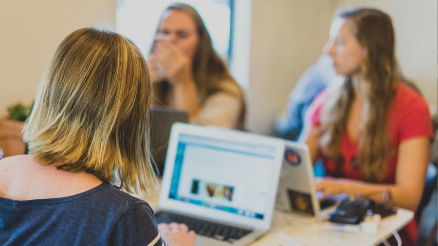 Mujeres trabajando en sus computadoras