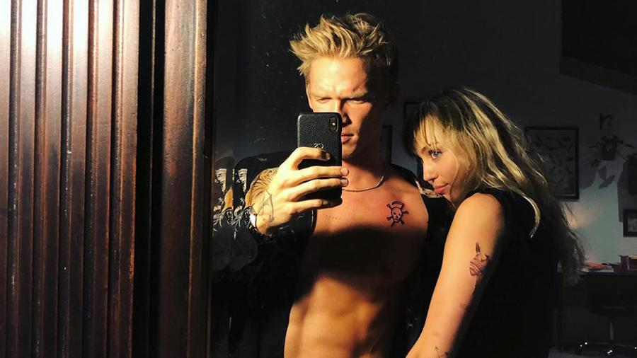 Miley Cyrus y Cody Simpson selfue frente a espejo