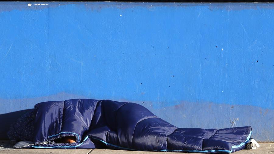Imagen de archivo de una persona sin hogar.