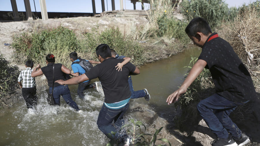 Imagen de archivo de migrantes cruzando la frontera sur entre Ciudad Juárez y El Paso (Texas).