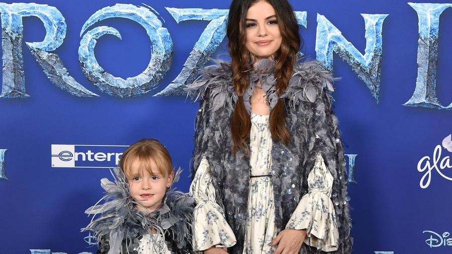 Selena Gomez con su hermanita en la premiere de Frozen 2