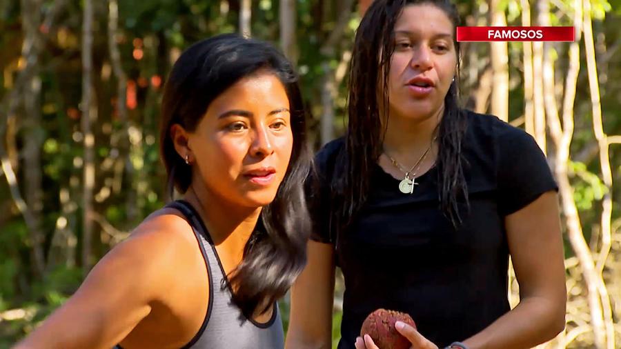 Shaila y Palafox miran preocupadas hacia el frente