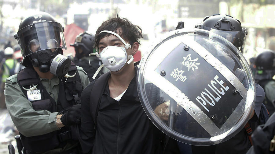 Un hombre es detenido por fuerzas policiales en Hong Kong, en medio de las protestas el pasado 18 de noviembre.