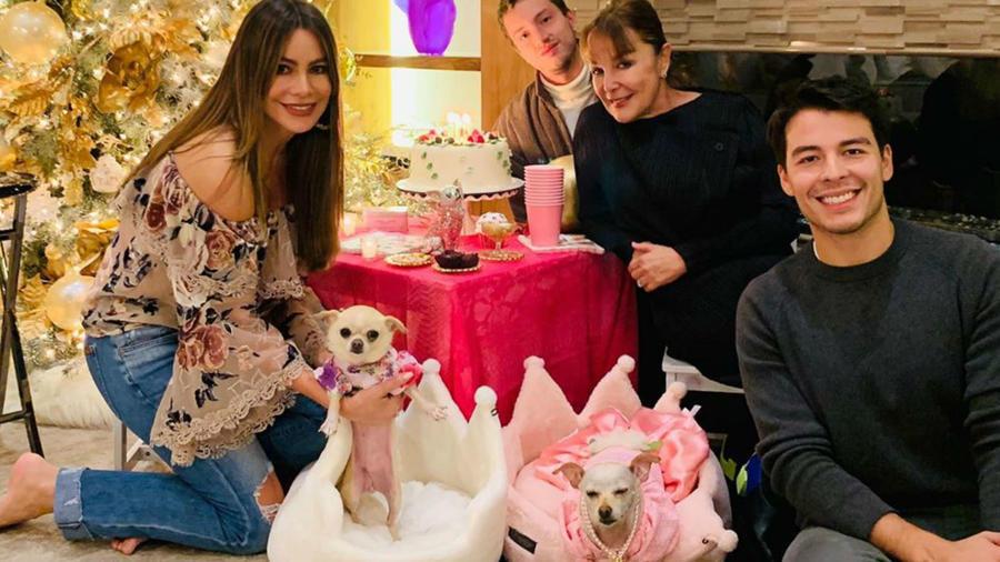 Sofía Vergara con su hijo Manolo en la fiesta de su mascota