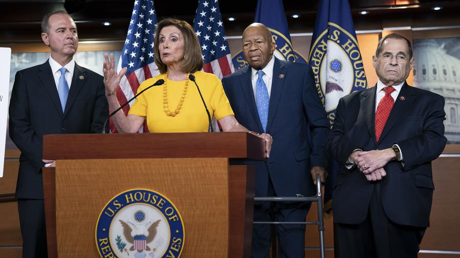 Nancy Pelosi habla durante rueda de prensa