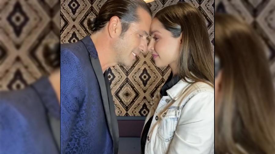 Carmen Villalobos y Gregorio Pernía se dan un beso