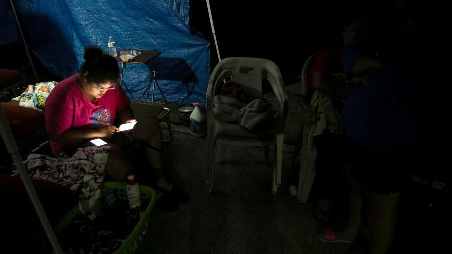 Puertorriqueños durmieron a oscuras y a la intemperie tras el sismo.