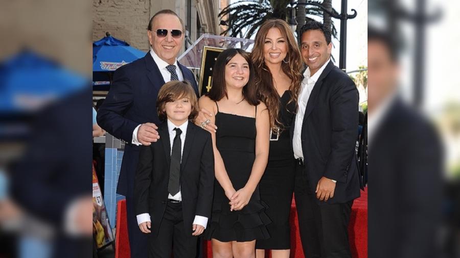Thalía con sus familia e hijastro