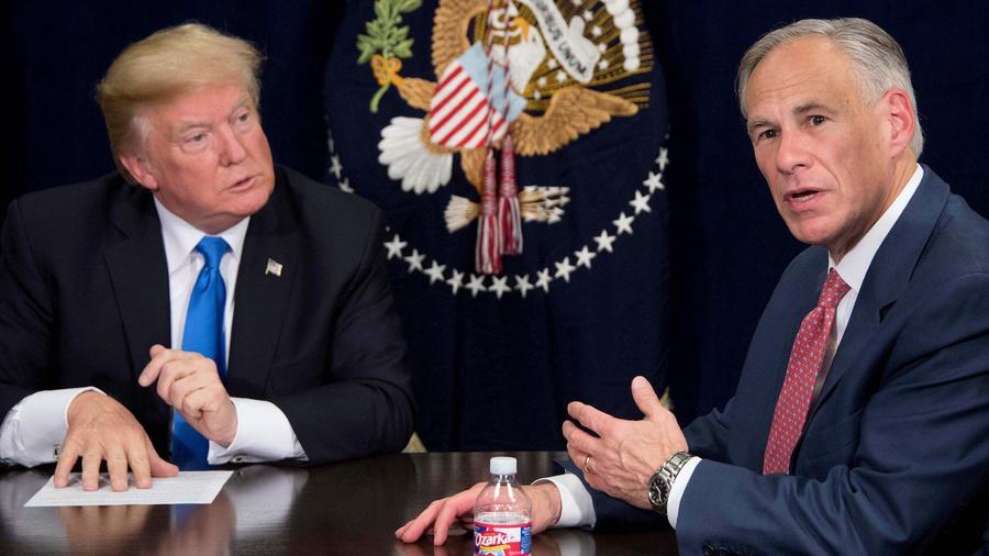 El gobernador texano, Greg Abbott (derecha), con el presidente, Donald Trump, en Dallas (Texas) en octubre de 2017.