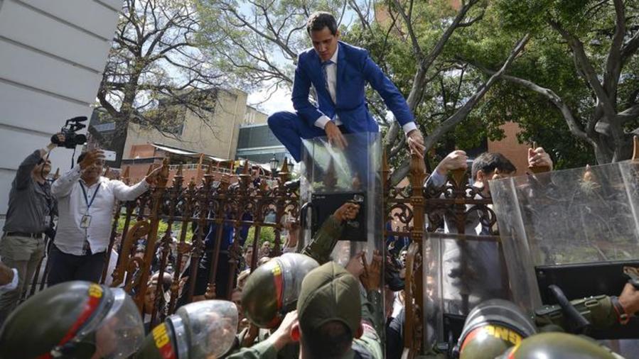 Guaidó intentando entrar al Palacio Legislativo esta semana.