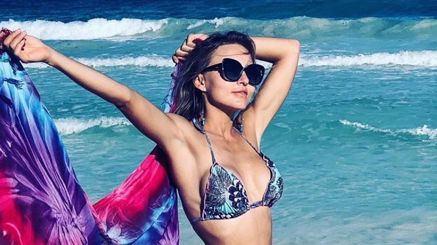 Angelique Boyer en la playa usando un revelador bikini