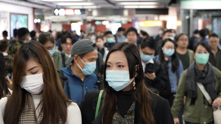 Pasajeros usan cubrebocas para prevenir el contagio del nuevo coronavirus en una estación de tren de Hong Kong