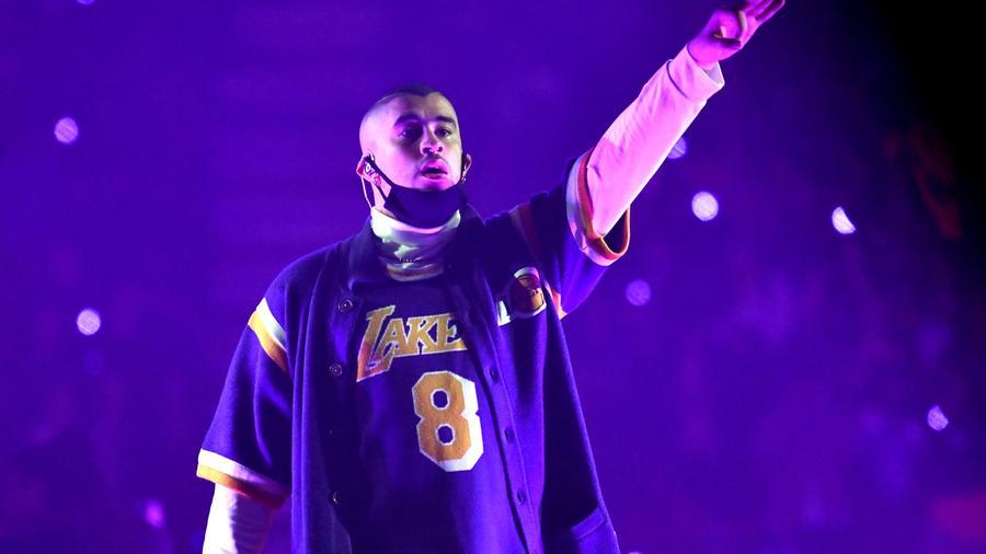 Bad Bunny usando jersey de Los Lakers