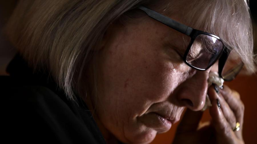 En esta fotografía del 31 de enero de 2020, Yolanda Martínez García llora durante una entrevista con la agencia AP en su casa en Mián. Su hijo fue abuso por un sacerdote de los Legionarios de Cristo.