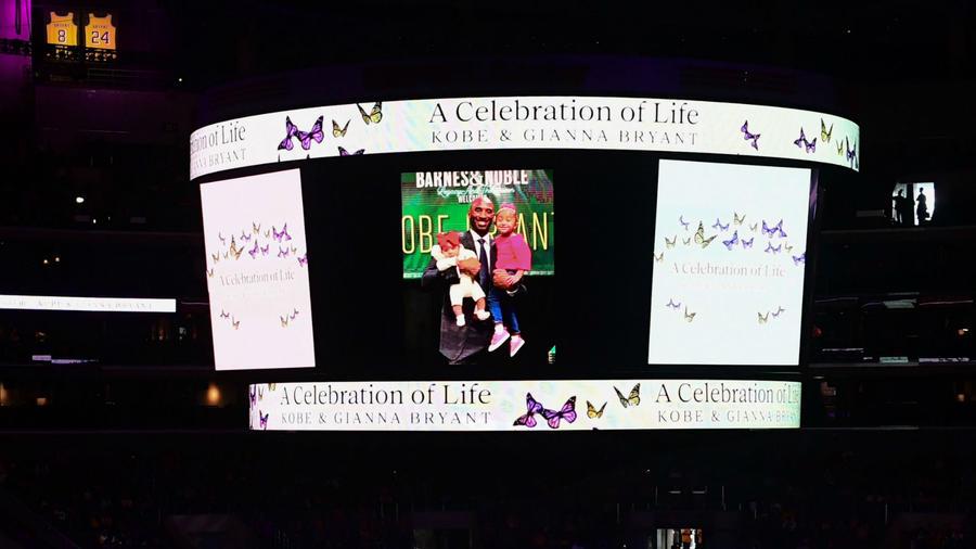 Pantalla del Staples Center en el homenaje a Kobe Bryant y a su hija