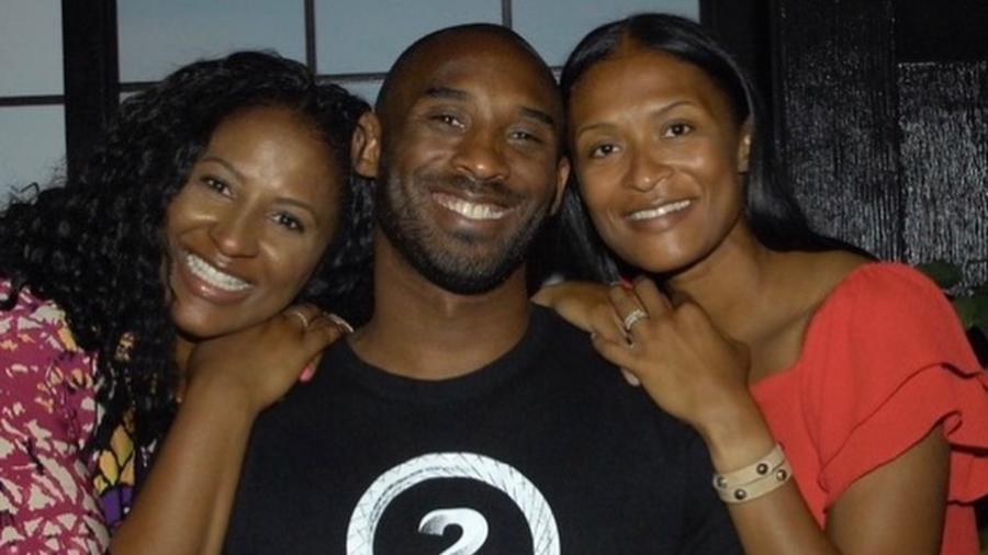Kobe Bryant con sus hermanas, Sharia Washington y Shaya Tabb