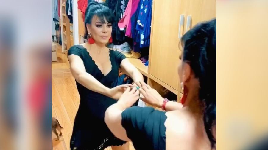 Maribel Guardia bailando frente al espejo