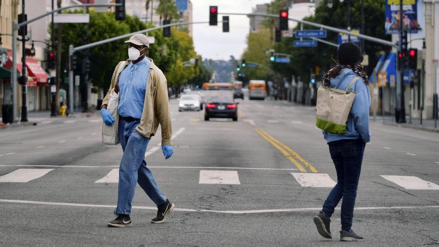 Personas caminan por una calle desierta en Hollywood, Los Ángeles