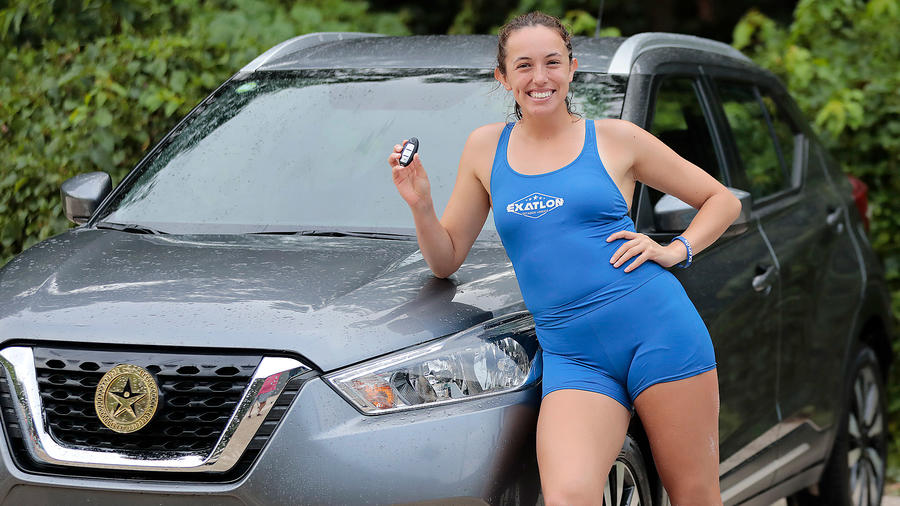 Naomi posa con su nuevo carro SUV
