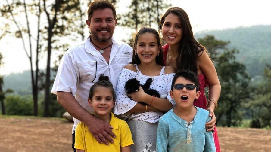 Ernesto Laguardia con su familia