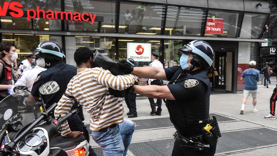 Protestas por la muerte de George Floyd en Minneapolis. Un agente carga contra un manifestante.