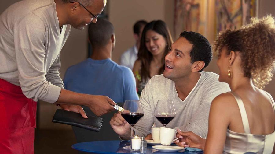 Pareja paga la cuenta en un restaurante