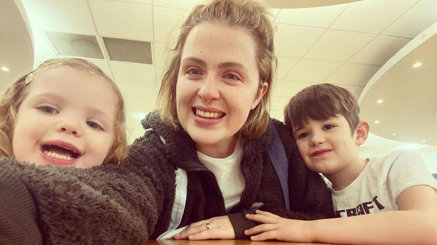 Beth Pitt-Roche con sus hijos