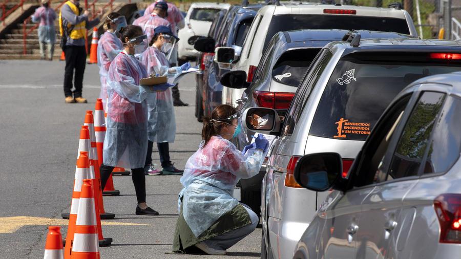 Una larga fila de personas en sus automóviles esperan para ser testeados con la prueba del coronavirus en Annandale, Virginia.