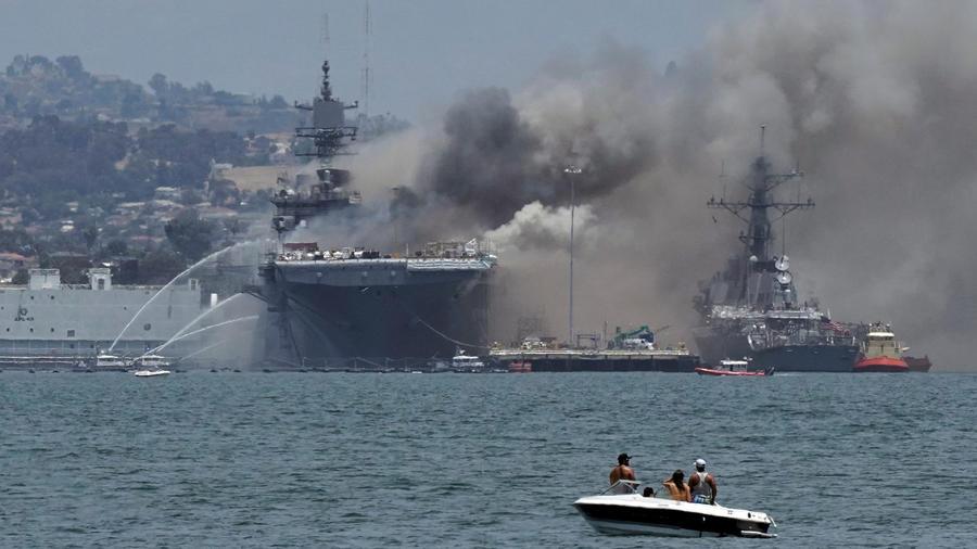 El incendio a bordo del buque USS Bonhomme Richard en la Base Naval de San Diego, California.