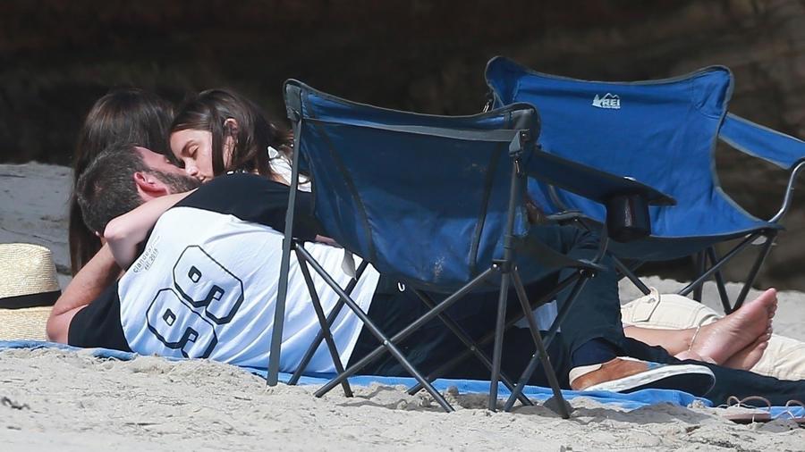 Ben Affleck y Ana De Armas en playa malibú
