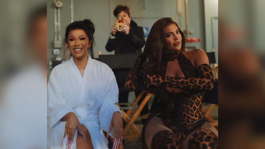 Cardi B y Kylie Jenner en su video
