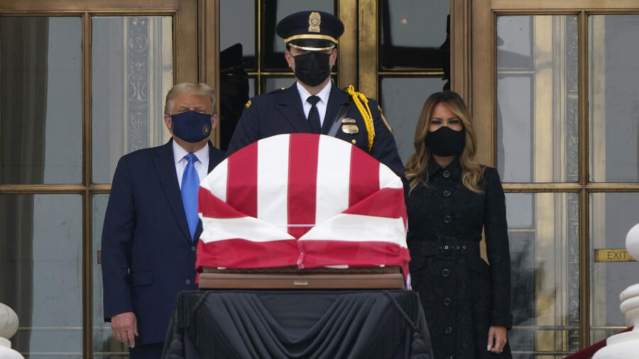 El presidente Donald Trump y la primera dama Melania Trump presentan sus respetos en el velorio de la jueza Ruth Bader Ginsburg.