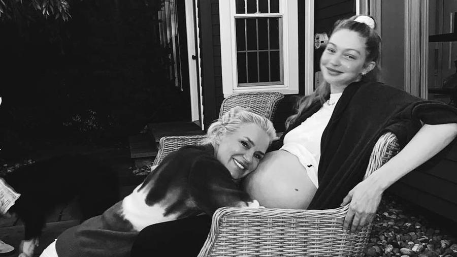Yolanda Hadid con su hija Gigi Hadid embarazada
