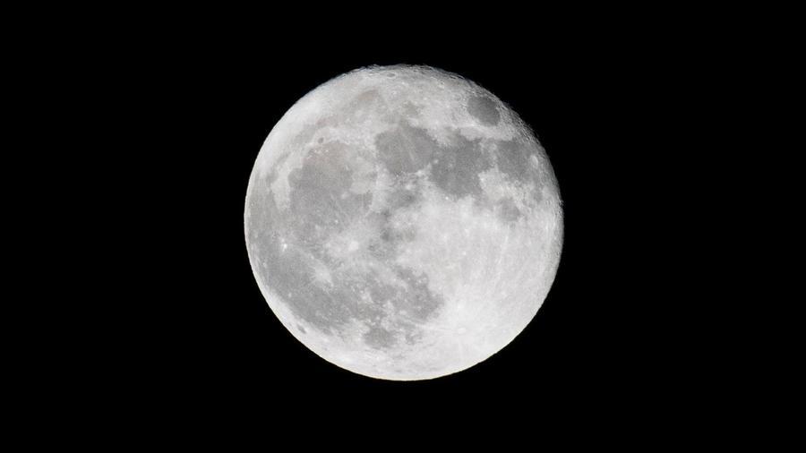 Una panorámica de la luna llena en Pasadena, California, el 2 de octubre de 2020.