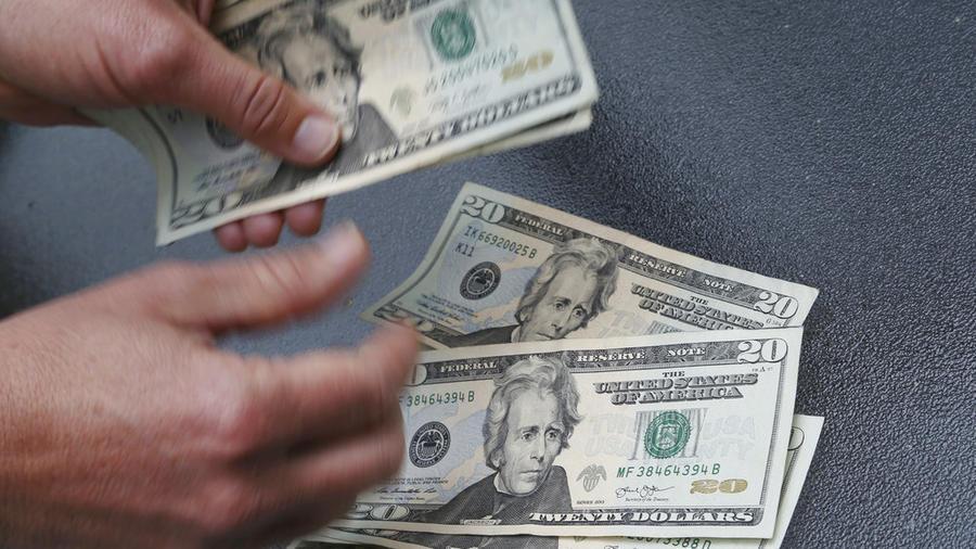Un manojo de billetes de 20 dólares